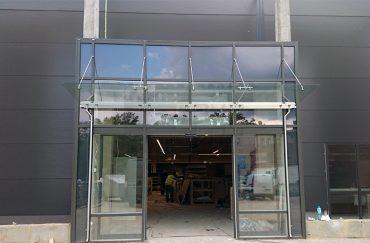 16_17 daszek szklany MAGIC WAND na fasadzie Katowice