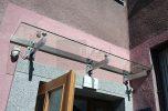 daszek szklany typu SAT nad wejściem w Warszawie
