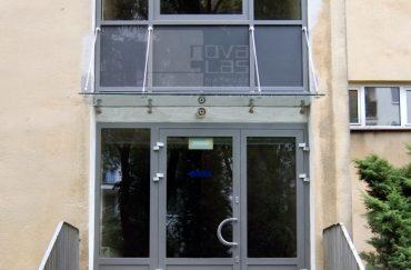 11_22 daszek szklany MAGIC WAND na fasadzie Wadowice