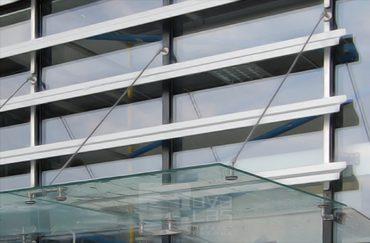 10_16 daszek szklany MAGIC WAND na fasadzie Rybarzowice